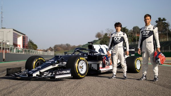 Yuki Tsunoda en Pierre Gasly bij de AlphaTauri F1-bolide